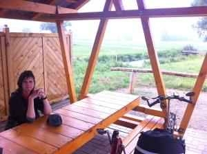 Overdekte picknicktafel waar we konden schuilen voor de stortbuien.