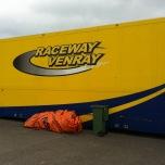 De oorspronkelijke oranje entreeboog werd al op zaterdagmorgen kapot gereden door een vrachtwagen