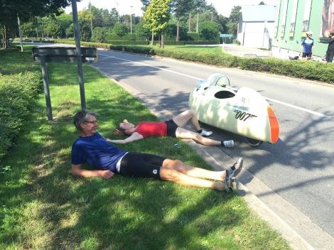 Eva en Ymte liggen na de 100-kilometer wedstrijd bij te komen in het gras naast het raceparkoers