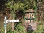 Insectenhotel naast begin bospad