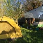 Onze 4-seizoenentent in de buurt van twee hangmatten