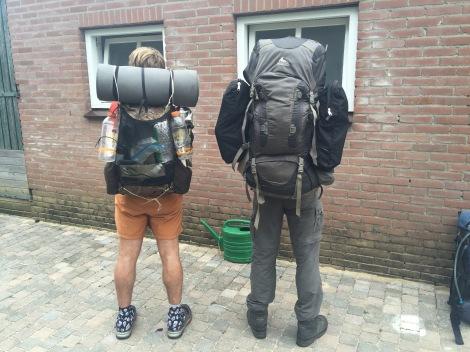Links een lichtgewicht en rechts een traditionele kampeerder