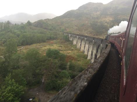 De Jacobite train over het uit Harry Potter beroemd geworden Glennfiddag viaduct