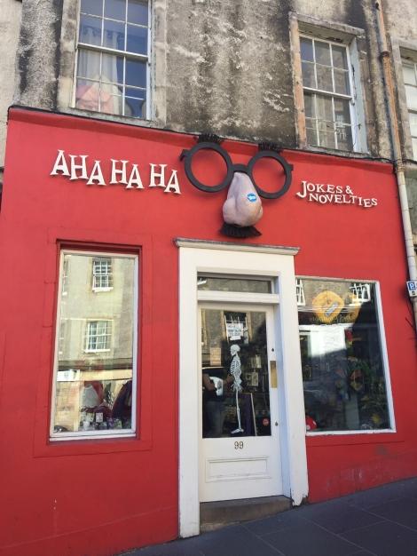 Een winkel op Victoria Street die mogelijk tot inspiratie heeft geleid voor de Gambol and Japes Wizarding Joke Shop