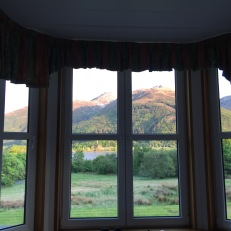 Uitzicht hotelkamer op bergen