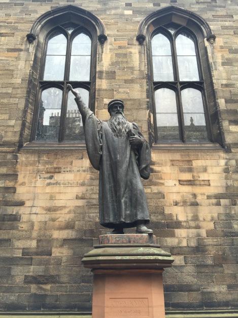 Dit standbeeld van John Knox staat bij de School of Divinity maar wij denken dat het Dumbledore is bij de School of Divination
