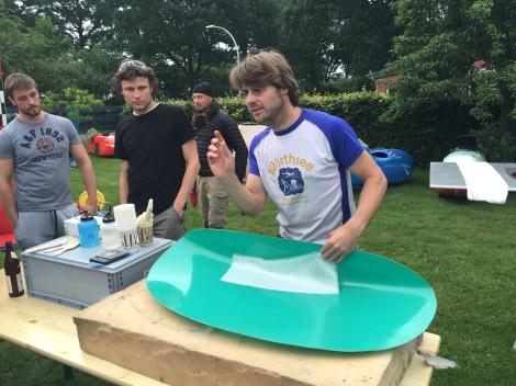 Daniel geeft een workshop 'carbon lamineren met bier'