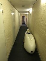 De body van een Evo K stond op de gang met douches en toiletten