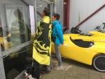 Belgische bezoekers bekijken de uitslagen