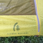 Modder opgespat tegen de tent door harde regen