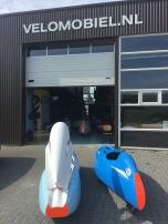 QuattroVelo en de Nimbus 2000 voor de deur van Velomobiel.nl