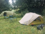 Ons tentje op Klein-Frankrijk: de stoelen mochten we lenen van de eigenaresse omdat er geen picknicktafel was