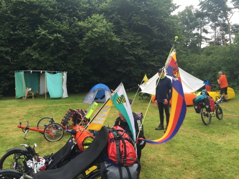 Duitse ligfietsers hebben vaak grote vlaggen op hun fiets