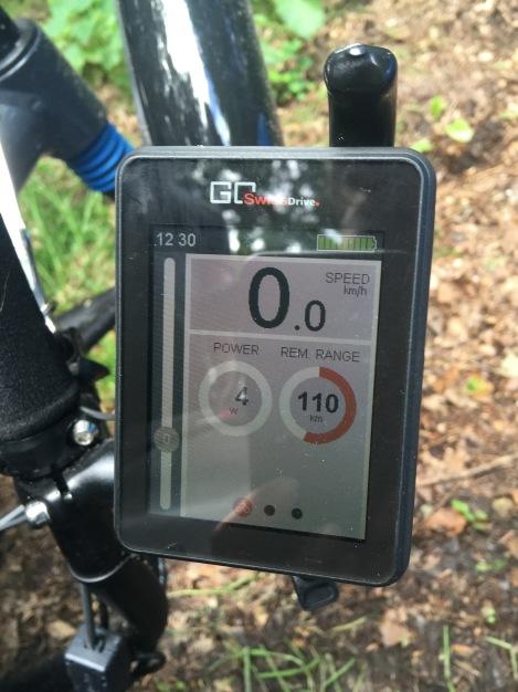 Het scherm geeft aan dat de batterij nog 110 kilometer ondersteunt