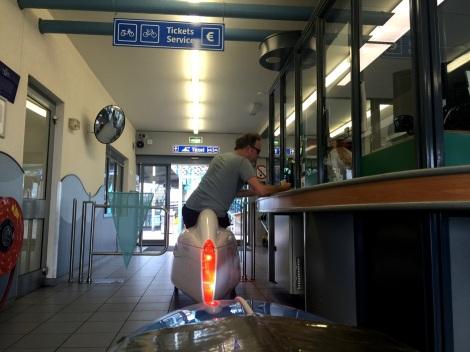 Dave koopt kaartjes voor de veerboot naar Texel