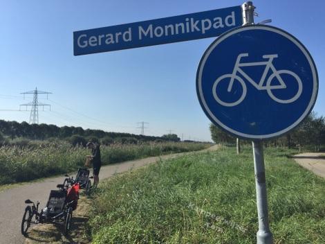 Almere heeft een Gerard Monnink-fietspad maar op het straatnaambordje staat het fout