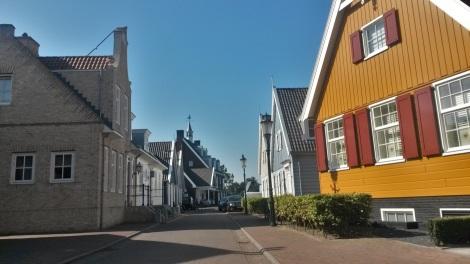 Ergens doet Huizen met al dat hout ook wel denken aan Batavia Stad in Lelystad