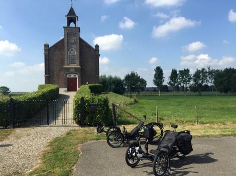 De 'brommers' voor een NH kerkje op een terp in buurtschap Homoet