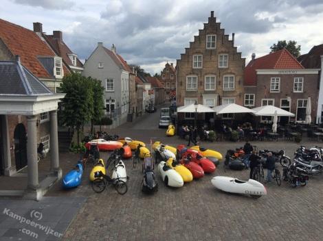 Mooi uitzicht vanuit de lunchlocatie in Heusden waar de ligfietsen veel bekijks trokken