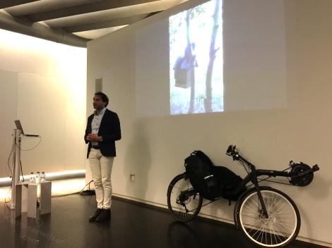 Ligfietser Walter tijdens zijn presentatie over fietsen door Scandinavië