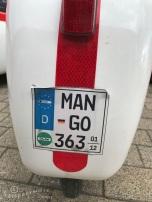 Sticker achter op geparkeerde Mango