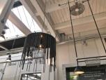 Lamp met fietskettingen in restaurant
