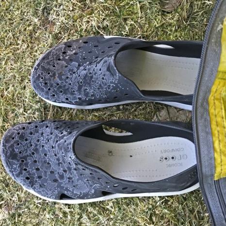 Bevroren Crocs voor de tent