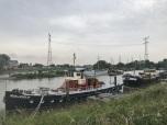 Haven met varende woonboten langs Hollandse IJssel