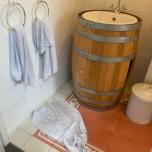 Wijnthema in badkamer