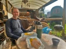 Aan het ontbijt op De Diergaard in Maria Hoop